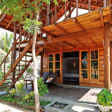 Stay Golden Cabana 10 is the closest to the beach, made of wood and accommodates 3 persons